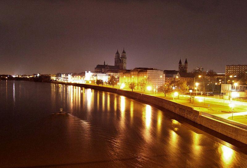 File:Magdeburg Elbufer bei Nacht.jpg