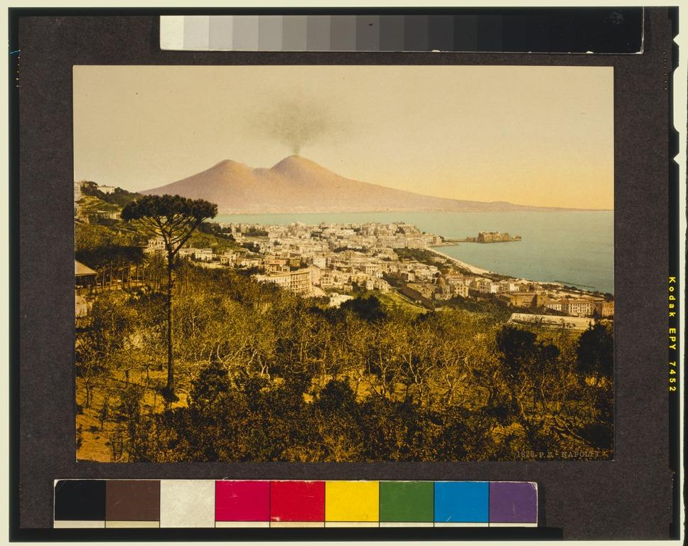 Panorama sur Naples et le Vésuve vers 1900. Le volcan et la mer sont toujours là. Un peu plus de constructions et un peu moins d'arbres 100 ans plus tard.