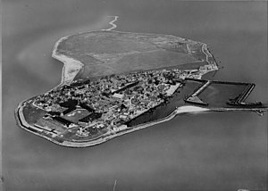 Urk - Aerial photograph of the former island Urk, before its integration in the Noordoostpolder, 1920-1940. Nederlands Instituut voor Militaire Historie.