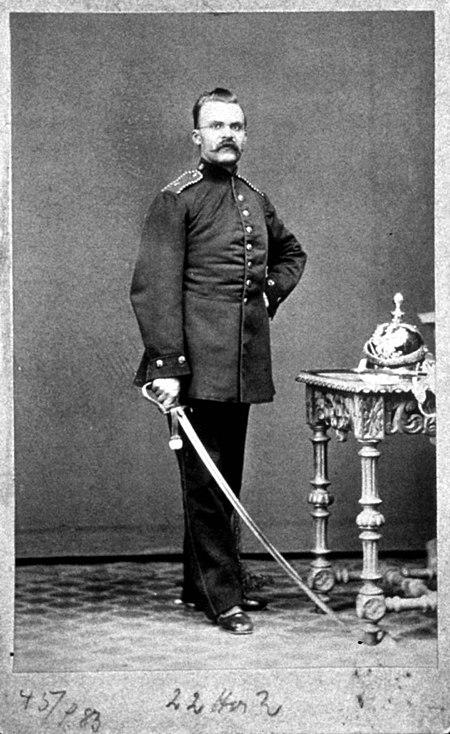 1868年のフリードリヒ・ニーチェ(Friedrich Nietzsche)除隊する際に撮影 Wikipediaより