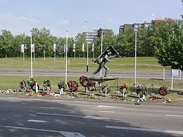Traianusplein, Jan van Hoofmonument met kransen dodenherdenking.