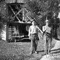 """Oče in sin, Andrej in Ivan Feltrin, Polje, imata pri sebi """"podajauke"""" 1954.jpg"""