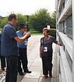 Ocalała Hana Svirsky przy tabliczce Sprawiedliwej Zofii Libich MZW DSC03812.jpg