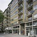 Overzicht van de voorgevel van de woonflat met winkels - Rotterdam - 20388525 - RCE.jpg