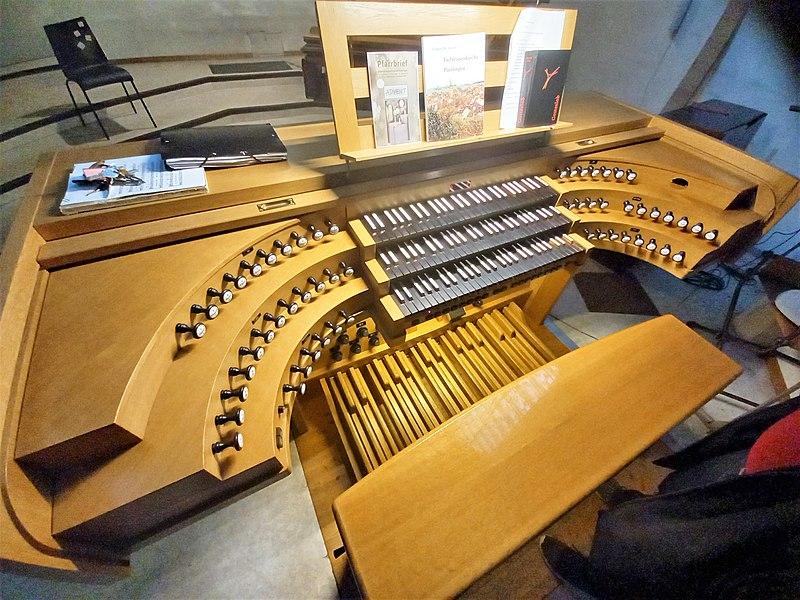 Datei:Püttlingen, Liebfrauenkirche (Haerpfer-Orgel, Spieltisch) (1).jpg