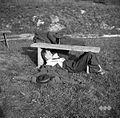 """Pintarjev Tone iz Stične kaže, kako je treba pripraviti """"Mlatiče""""- igra 1950.jpg"""