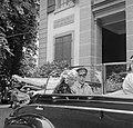 Prinses Juliana en prins Bernhard in een open auto voor een gebouw, Bestanddeelnr 252-1996.jpg