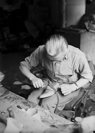 Slip-on shoe - Image: Produksjon av Aurlandssko no nb digifoto 20150325 00012 NB MIT FNR 02758 B
