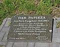 Prusie, cerkiew Narodzenia NMP, tablica pod dębem ku czci Jana Pawła II (HB8).jpg