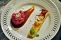 Rødbedeis med krystalliseret hvid chokolade og saltet karamel - og hvid chokoladebrownie med esdragonsukker, ristede macadamianødder og råsyltet rødbede (8485889933).jpg