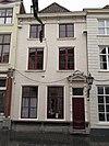 foto van Huis met geelgeverfde lijstgevel en schilddak