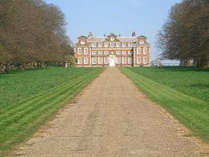 Raynham Hall viewed straight up the avenue