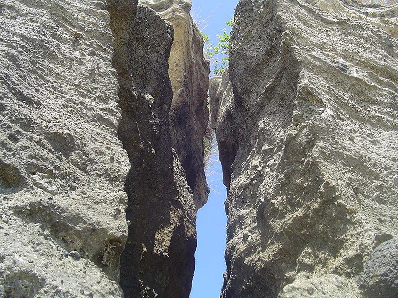 File:Rock face near Papani beach (2850013015).jpg