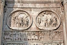 Sotto i due tondi di epoca adrianea, l'Assedio di Verona, fregio contemporaneo all'arco