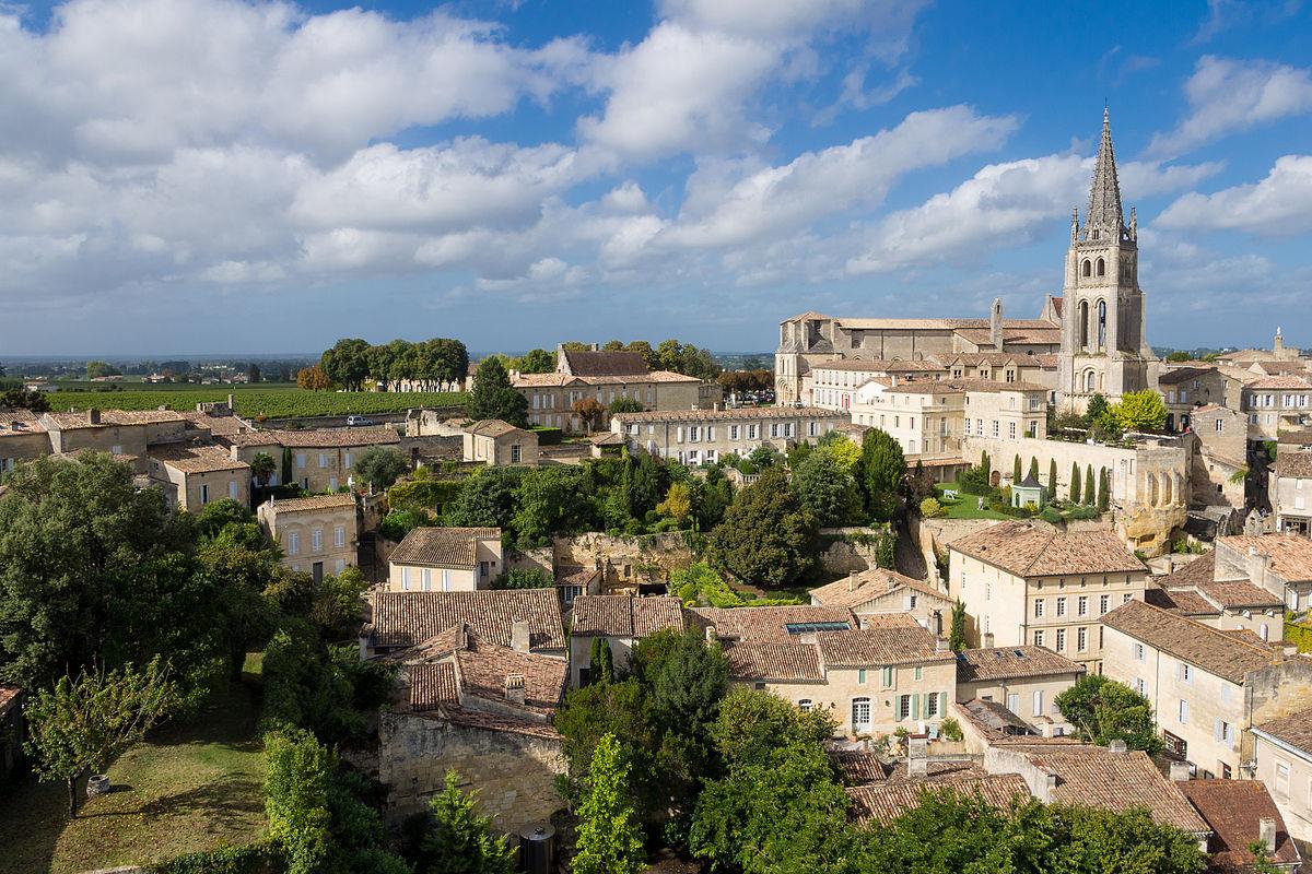 Vue générale de la cité médiévale, dominée par le clocher de l'église monolithe.