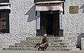 Shigatse-Tashilhunpo-14-Frau auf Treppe-2014-gje.jpg