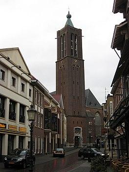 De Kleine Kerstraat, met op de achtergrond de Sint-Martinuskerk