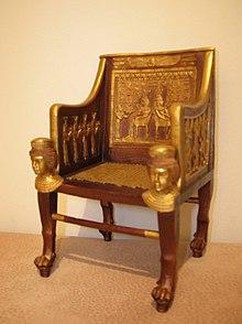 Replica del trono egizio risalente a circa 3000 anni fa, appartenuto alla principessa Satamon, figlia del faraone Amenhotep III