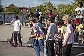 Patinadores esperan patinar en el Far Rockaway Skatepark - Septiembre - 2019.jpg