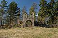 Staalide perekonnakalmistu väravatorni varemed (Ingliste mõis).jpg