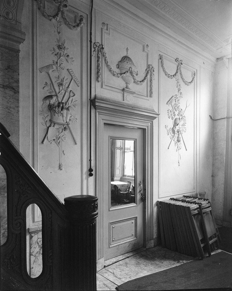 Huis met vijf travee n brede gevel met middenrisaliet waarin de omlijste ingang met stoep waarop - Hal ingang design huis ...