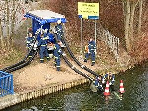 THW Vorführung Anhaenger Schmutzwasserkreiselpumpe.JPG