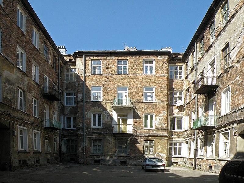 Cour d'immeuble dans le quartier de Praga à Varsovie.