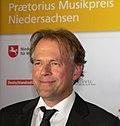 Thomas Hengelbrock Verleihung Praetorius Musikpreis Leinwand.jpg