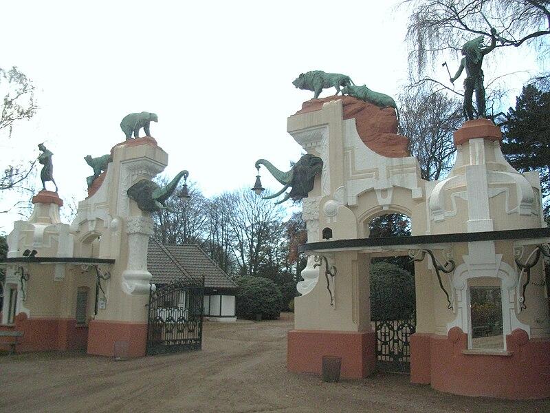 File:Tierpark HagenbeckArtDecoGate.JPG