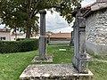 Tombe du curé Chardon et piédestal de la statue de la Vierge à Saint-Maurice-de-Beynost (octobre 2020).jpg