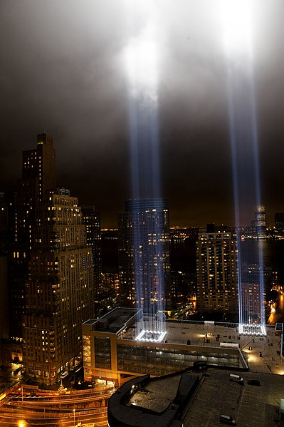 Ficheiro:Tribute in Light from One Exchange Plaza September 11 2009.jpg