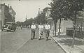 Twee wandelaars en een wandelaarster onderweg tijdens een Vierdaagse. – F42144 – KNBLO.jpg