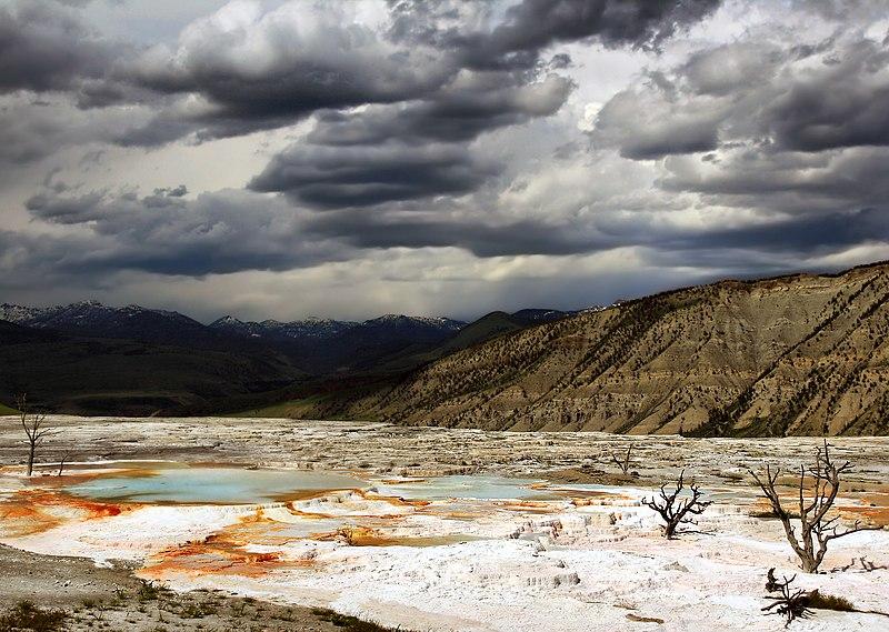 El ciclo hidrológico: el agua circula constantemente por el planeta en un ciclo continuo de evaporación, transpiración, precipitaciones y desplazamiento hacia el mar.