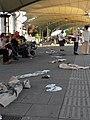 Urban-Loritz-Platz - Live-Performance von Perfekt World - Kleidungsstücke am Boden.jpg