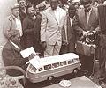 V TAM-u je Modibo Keita dobil tudi darilo, maketo avtobusa A-3000 (2).jpg