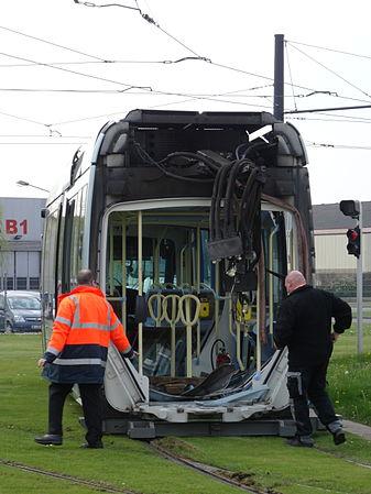 Valenciennes & Anzin - Déraillement de la rame de tramway n° 17 à la sortie du dépôt de Saint-Waast le 11 avril 2014 (102).JPG
