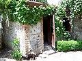 Valvuriputka uks Telavi veinitehase ees.jpg