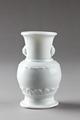 Vit porslinsvas gjord i Kina på 1700-talet - Hallwylska museet - 95529.tif