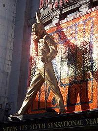 Figura de Freddie Mercury a la entrada del teatro