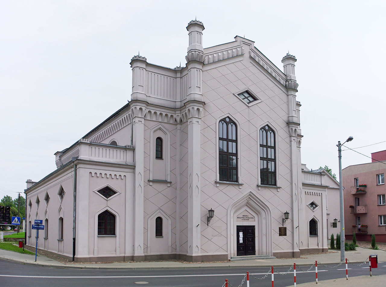 https://upload.wikimedia.org/wikipedia/commons/thumb/e/e2/Wielka_Synagoga_Piotrk%C3%B3w_Trybunalski.jpg/1280px-Wielka_Synagoga_Piotrk%C3%B3w_Trybunalski.jpg
