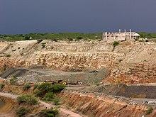 vue partielle d'une excavation avec des gradins taillés dans la roche de ses parois