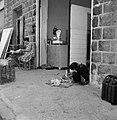 Winkel in een straatje bij de Al Amarimoskee in Tiberias, waar een vrouw geslach, Bestanddeelnr 255-4086.jpg