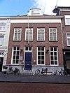 foto van Huis met schilddak en strenge empire gevel waarin fraaie schuiframen en dakkapel