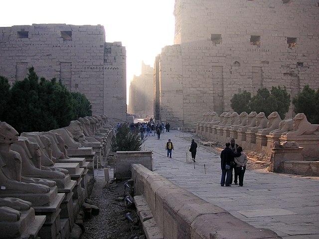 http://upload.wikimedia.org/wikipedia/commons/thumb/e/e3/%C3%84gypten_Tempel_von_Karnak.jpg/640px-%C3%84gypten_Tempel_von_Karnak.jpg?uselang=ru