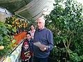 Анатолій Патій проводить екскурсію по своїй Банановій фермі.jpg