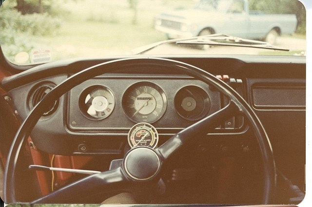 https://upload.wikimedia.org/wikipedia/commons/thumb/e/e3/1971_volkswagen_campermobile_instrument_panel.jpg/640px-1971_volkswagen_campermobile_instrument_panel.jpg