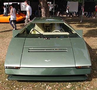 Aston Martin Bulldog - The front end of the Bulldog featured five centre-mounted hidden headlamps.