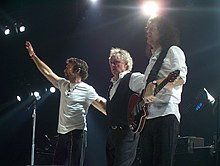 LR: Paul Rodgers, Roger Taylor a Brian May žije v roce 2005 na turné Queen + Paul Rodgers