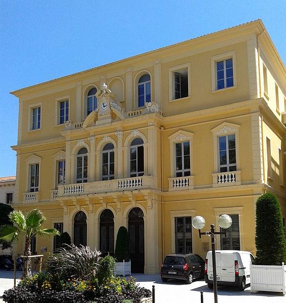 Façade de l'ancien Casino de Hyères construit en 1864 sur l'avenue des palmiers (actuel avenue Joseph Clotis), devenue Mairie au début du 20e siècle
