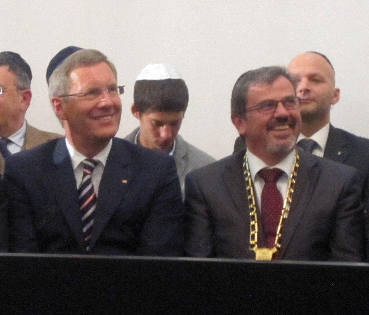 9h 9g Ehrengäste Ausschnitt bei der Einweihung der Speyerer Synagoge 2.jpg